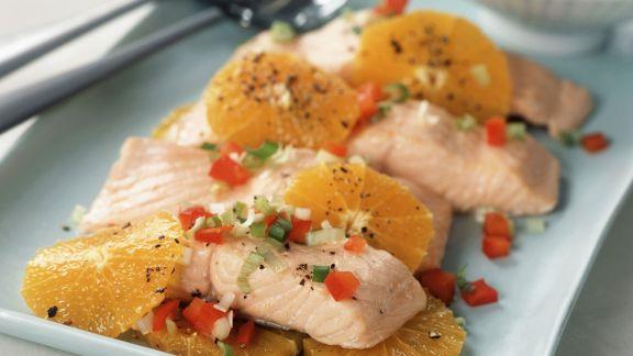 Rezept: Pochiertes Lachsfilet mit Orange und Paprikarelish