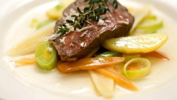 Rezept: Pochiertes Rinderfilet mit Gemüse