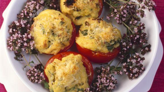 Rezept: Polenta mit Oreganoblüten in Tomaten gefüllt