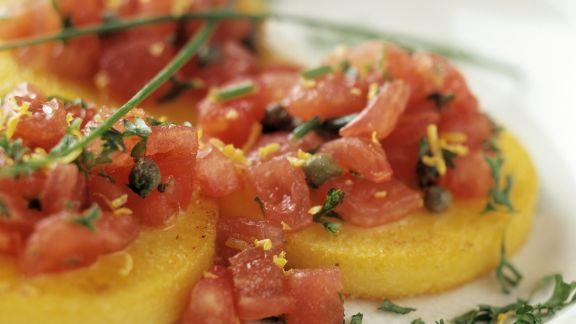 Rezept: Polentaküchlein mit Tomaten und Kapern