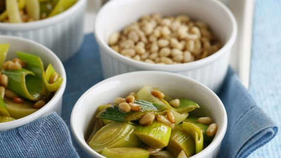 Rezept: Porree mit Pinienkernen