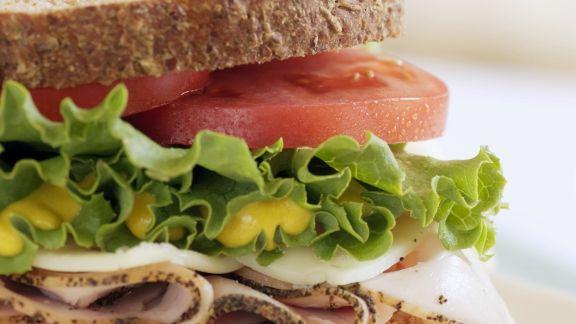 Rezept: Puten-Sandwich mit Tomaten, Salat und Senf
