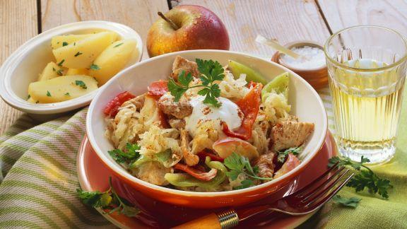 Rezept: Putengulasch mit Sauerkraut, Paprika und Äpfeln