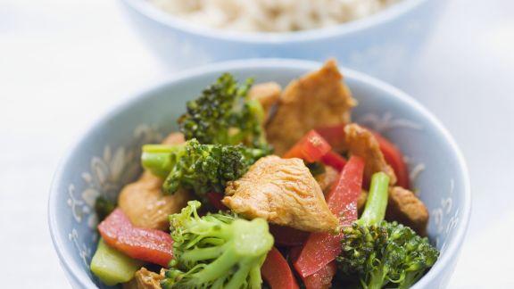 Rezept: Putenpfanne mit Brokkoli und Paprika auf asiatische Art