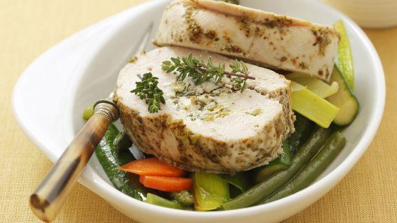 Rezept: Putenroulade mit Kräuterkäse und Erbsen gefüllt dazu Gemüse
