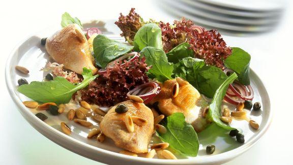 Rezept: Putenschnitzel mit Rucola, Kapern, Lollo Rosso und Pinienkernen