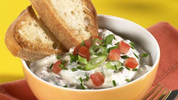 Rezept: Quark mit Lauchzwiebeln und Tomaten dazu Brot