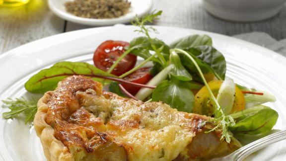 Rezept: Quiche mit Karamell-Schalotten und Honig, dazu Salat