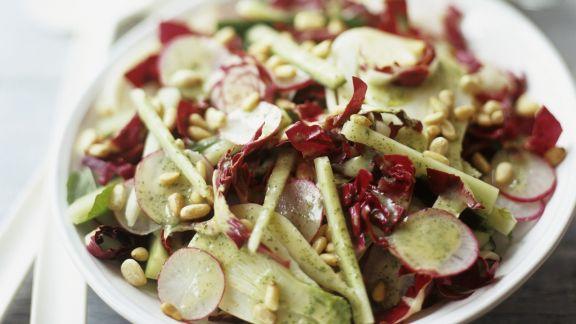Rezept: Radicchio mit Pinienkernen und Radieschen