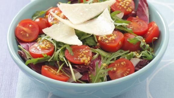 Rezept: Radicchio-Rucola-Salat mit Cherrytomaten und Parmesan