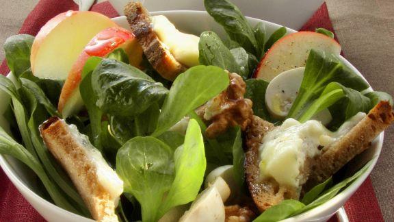 Rezept: Rapunzelsalat mit Gorgonzola-Brotstückchen und Apfel
