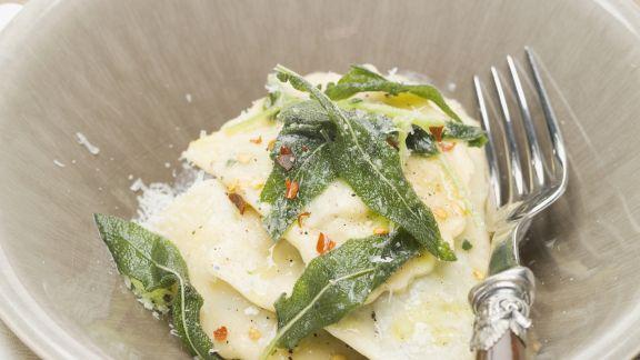 Rezept: Ravioli mit Butter und frittierten Salbeiblättern