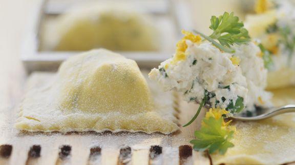 Rezept: Ravioli mit Kräuterfrischkäse gefüllt