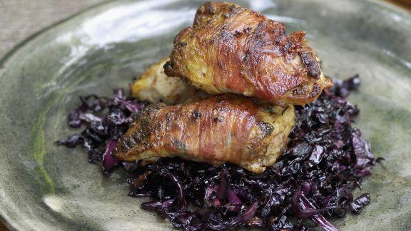 Rezept: Rebhuhnbrust in Speckhülle auf Blaukraut