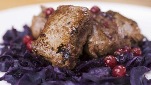 Rezept: Rehfilet auf Blaukraut und Preiselbeeren