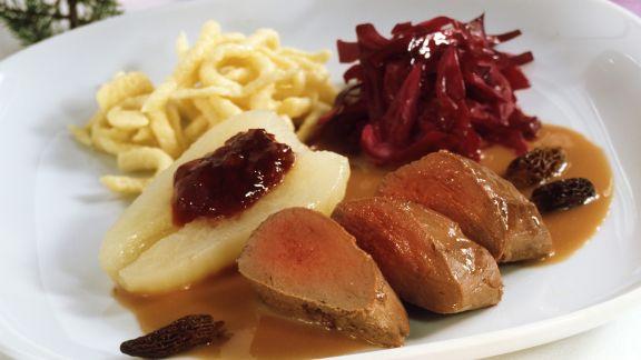 Rezept: Rehrücken Baden-Baden mit Morcheln, Rotkraut und Spätzle