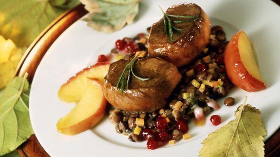 Rezept: Rehsteaks auf Linsen mit Speck dazu Apfelstücke und Preiselbeeren