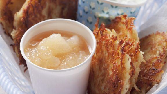 Rezept: Reibekuchen mit Apfelmus und Kräuterdip