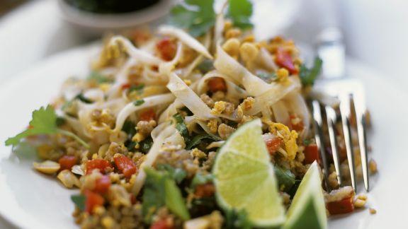 Rezept: Reisnudel-Hackfleisch-Salat mit Nüssen und Sprossen