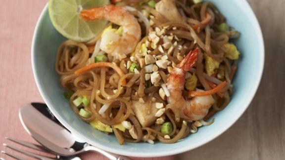 Rezept: Reisnudelpfanne mit Garnelen und Hähnchen auf Thai-Art