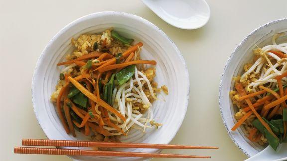 Rezept: Reispfanne mit Möhren, Zuckerschoten und Sprossen