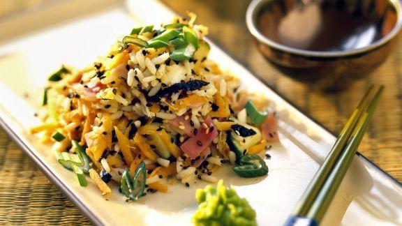 Rezept: Reissalat mit asiatischem Gemüse, schwarzem Sesam und Wasabi