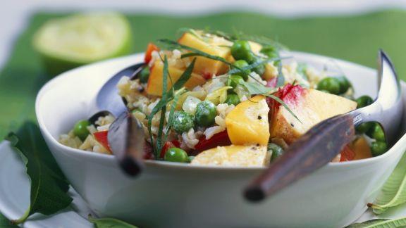 Rezept: Reissalat mit Erbsen, Obst und Curry