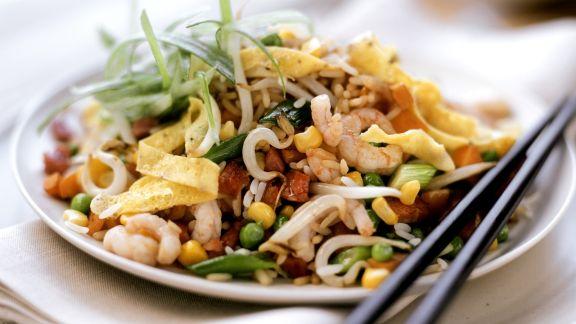 Rezept: Reissalat mit Scampi und Omelettestreifen