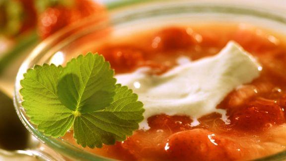 Rezept: Rhabarbergrütze mit Erdbeeren