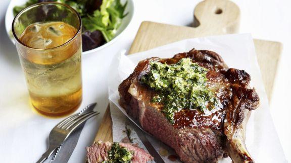 Rezept: Rib Eye Steak mit Anchovie-Kapern-Butter