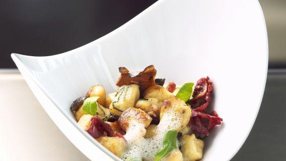 Rezept: Ricotta-Kartoffel-Gnocchi mit Entenbrust, Pilzen und luftiger Parmesansoße