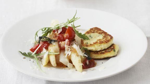 Rezept: Ricottapuffer mit Spargel und Tomaten