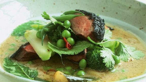 Rezept: Rindercurry auf vietnamesische Art mit kleinen Auberginen und Kräutern