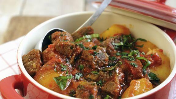Rezept: Rindereintopf mit Kartoffeln, Paprika und Tomaten