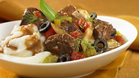 Rezept: Rindereintopf mit Oliven, Tomaten und Kartoffelbrei