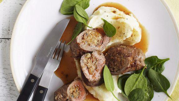 Rezept: Rinderroulade mit Oliven gefüllt, Kartoffelpüree und jungem Spinat