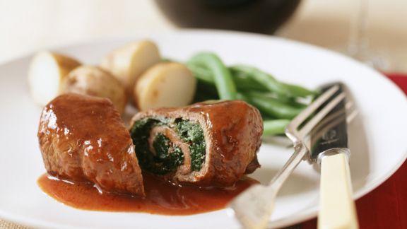 Rezept: Rinderroulade mit Spinat gefüllt, dazu Rotweinsoße