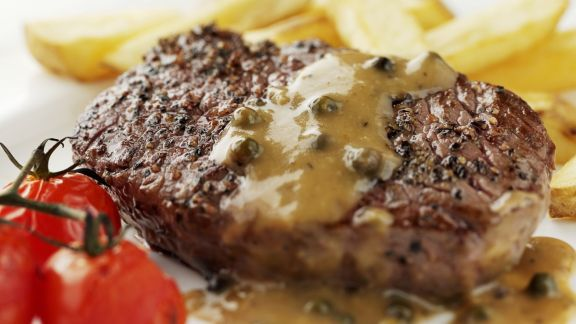 Rezept: Rindersteak mit Pfeffersoße und Pommes frites