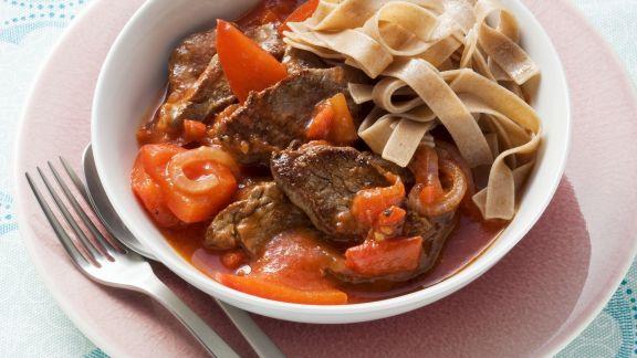 Rezept: Rindfleisch-Tomaten-Sauce mit Paprika und Vollkornnudeln