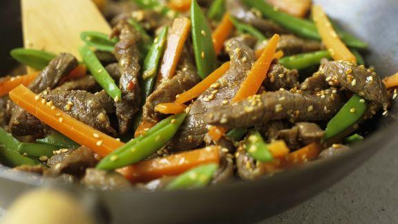 Rezept: Rindfleisch-Wok mit Gemüse und Sesam
