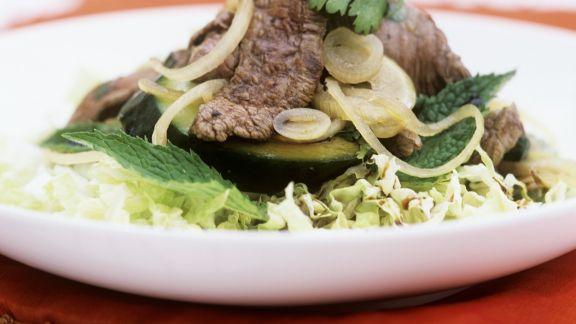 Rezept: Rindfleischsalat mit Zucchini und Kohl