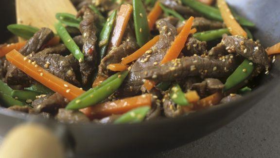 Rezept: Rindfleischstreifen mit Gemüse und Sesam aus dem Wok
