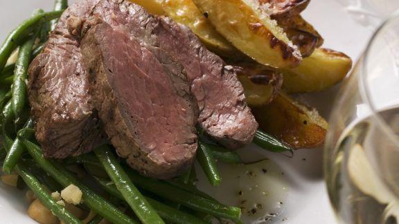 Rezept: Roastbeef mit grünen Bohnen und Kartoffelschnitzen