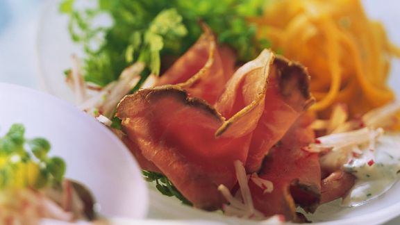 Rezept: Roastbeef mit Möhren und Radieschensauce