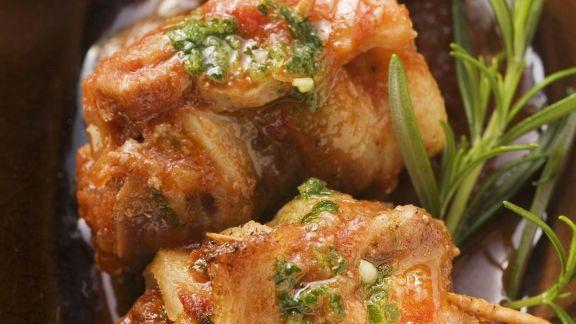Rezept: Röllchen vom Schweinebauch mit Tomatensugo und Kräuteröl