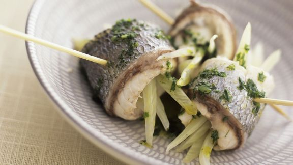 Rezept: Röllchen von der Meerbrasse mit Fenchel und Rucolasoße