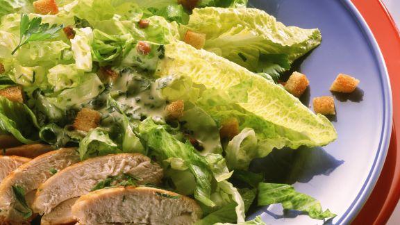 Rezept: Römersalat mit Hähnchenbrust und Croutons