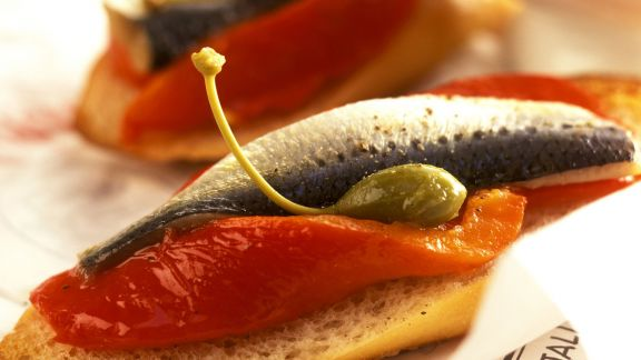 Rezept: Röstbrot mit Paprika, Sardine und Kapern