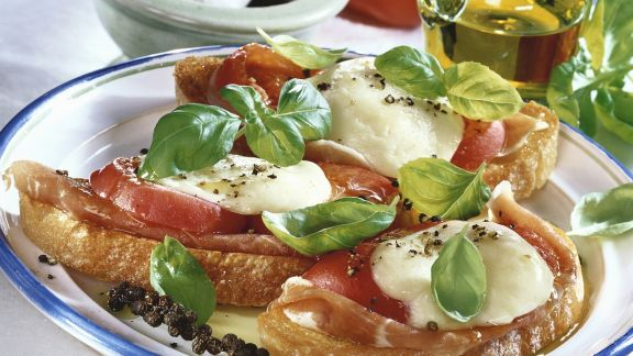 Rezept: Röstbrot mit Rohschinken, Mozzarella und Tomaten