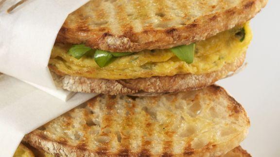 Rezept: Röstbrot-Sandwiches mit Kräuter-Omelett